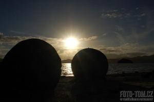 Nový Zéland, kulaté kameny a západ slunce