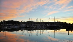 Západ slunce v přístavu, Nelson, Nový Zéland