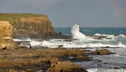 Novozélandské pobřeží, rozbouřený oceán