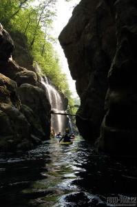 Itálie - kajakáři v soutěsce San Bernardina