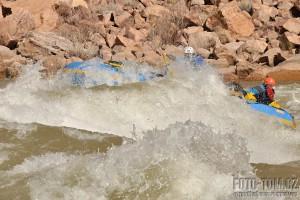 Grand Canyon rafting - zásobovací raft v akci, Horn creek rapid