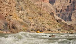 Všude samá skála a mezi nima řeka.. Lava Falls peřej