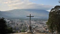 Město Antigua, kříž a sopka Agua v pozadí