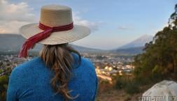 Vyhlídka nad městem Antigua a východ slunce