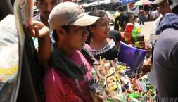 Pouliční prodejci mají vše- od dobrůtek, přes baterky a kartáčky na zuby až po léky