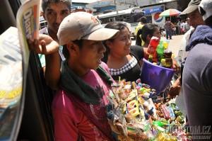 Pouliční prodejci, Flores, Guatemala