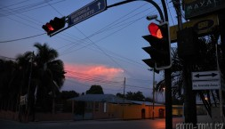 Máme červenou, na nebi i na semaforu