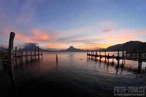 Jezero Atitlan, Panajachel, západ slunce, Guatemala