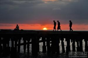 Západ slunce nad molem s lidmi - Karibské moře