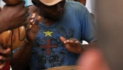 Velikonoční svátky, bubnující černoch Garifuna, La Ceiba