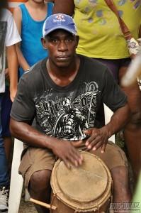 Bubnující černoch Garifuna, La Ceiba, Honduras