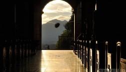 Kostel a parádní večerní světlo