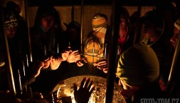 Oheň hřeje ruce - nadránem na vrcholu Adamovy hory