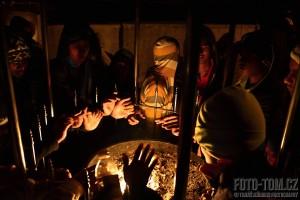 Oheň hřeje ruce