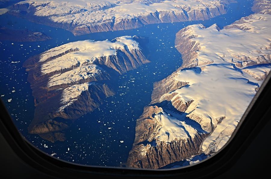 1/365 Náš den Dé je tu, v 11:50 odlétáme z Ruzyně do Frankfurtu a následně z Frankfurtu do Vancouveru. Parádní vyhlídkovej let přes Grónsko, tohle jsou fjordy na jihovýchodě Grónska. Sice přes okýnko letadla, ale parádní výhledy to byly!