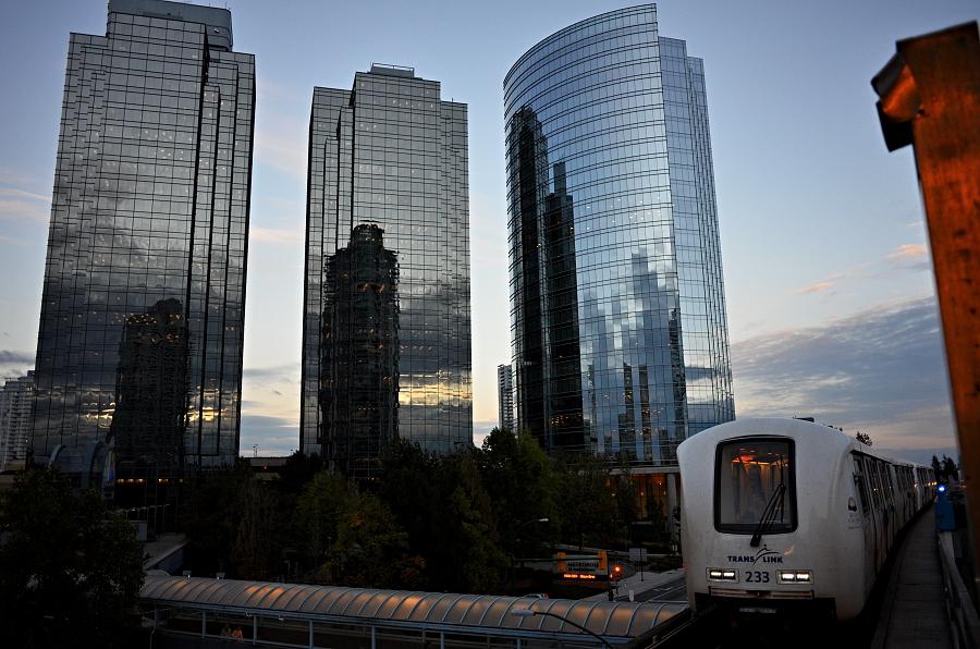 2/365 První den ve Vancouveru. Bydlíme tu u kámoše Šembiho, který tu je už od května. První den jsme vyrazili zařídit si bankovní účet, číslo SIN (daňové číslo abychom tu mohli makat) a tak nějak se rozkoukáváme. Mě naprosto nejvíc baví místní Sky train - taková metro-tramvaj. Jezdí bez řidičů, prostě sama. Na přední místo, kde by člověk čekal řidiče, si může sednout kdokoli. Je to zvláštní pocit koukat dopředu po směru jízdy a sledovat, jak si vlak řídí sám.