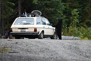 """10/365 Naše první spaní v autoposteli a hned parádní úlovek pro Wild Camping TIPS databázi, místo u vyhlídky na Alexander falls. Ale pravda je, že vodopád je pořád jenom vodopád, takže ho """"trochu"""" zastínil """"náš první medvěd"""" a ještě k tomu takhle v akci. To si jen tak spíte, je asi 8 ráno a najednou vás probere nějakej rozruch vedle auta, jak paní něco pokřikuje. Rozlepíte oči a vidíte vedle zaparkovanej jeep s nápisem """"bear watching tours"""" a jeho posádku pozorující medvěda okukujícího auto vedlespícího týpka, který přijel asi někdy v noci. Chlapík nechal asi odpadky nebo něco vedle auta a na střeše, takže mu to méďa uklidil, akorát když mu lezl na střechu auta, trochu mu prošlápnul kapotu. A pak odkráčel. Takže z tepla spacáku jsme jen otevřeli zadní okno a zvědavýho méďu fotili a pozorovali. Dobré ráno, Whistlere! :-)"""