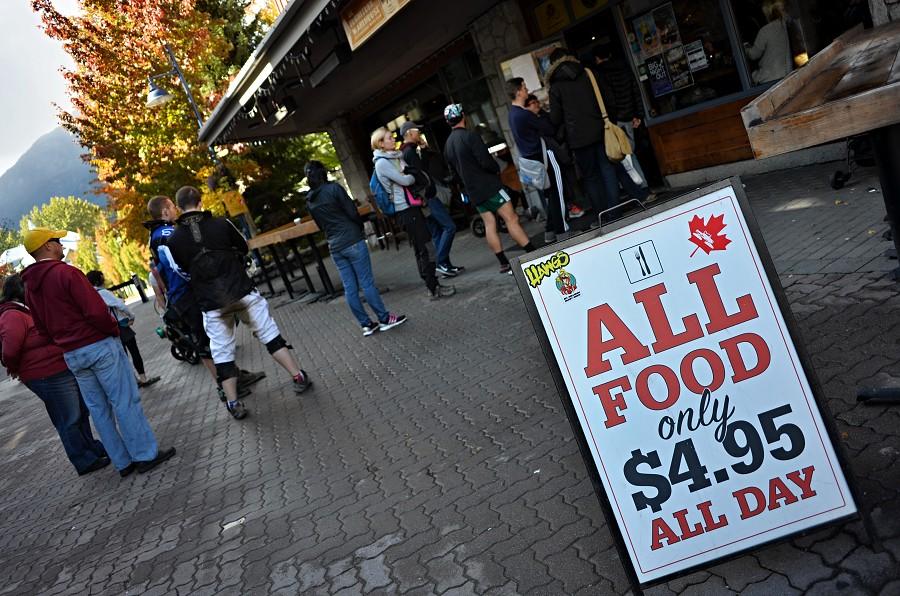 12/365 Nevím, jestli jsme to do teď zvládali přehlížet (spíš ne), nebo jestli tahle akce začala právě dnes, každopádně cokoli z meníčka pod 5 dolarů je férová akce. Samozřejmě jsme to taky šli vyzkoušet, tak jako spousta dalších lidí ve městě, takže před restaurací je v podstatě pořád fronta čekajících až je někam usadí :-) Výsledek? Bezva burger s hranolkama, přijdem zas!