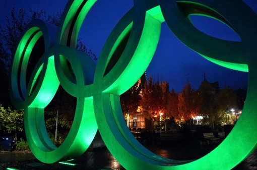 """25/365 Konečně tu taky začalo pořádně lejt, takže se dalo v klidu vyfotit symbol Whistleru - Olympijské kruhy na počest zimní Olympiády, která se tu konala v roce 2010. Proč v klidu? Protože jinak se na """"kruhy"""" stojí fronta a lidi se před nimi fotí jako zběsilí (z tohoto pohledu jakoby z té zadní strany)... Pravda je, že po setmění už tam takovej nával taky nebývá :-)."""