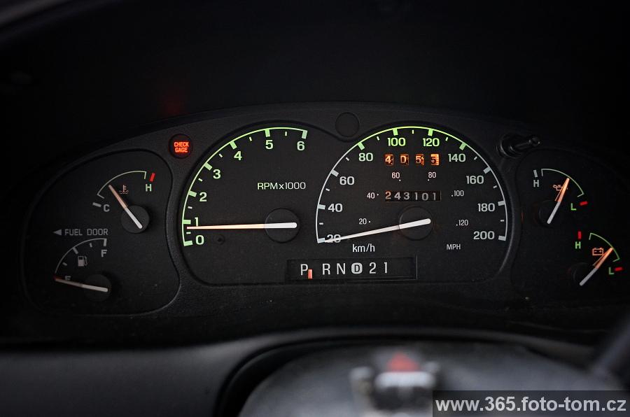 """55/365 Fordík nás baví, aneb kontrolka """"Check gage"""" znamená nějakej průšvih. Jakože převodovka, olej, motor, cokoli, ale něco špatně a v manuálu píšou co nejdřív zastavit a nechat zkontrolovat v servisu. Do háje! A víte co to taky může znamenat? :D Že nám dochází benzín...chudinka ručička ukazující stav nádrže leží úplně na zemi. Ale trvalo mi, než mi to došlo. Jo, zlatý hladový oko, u toho se člověk tolik nelekne, jen si posteskne """"chjo, už zas..."""". Jak se auto nalemtalo, kontrolka si dala pohov. Ufff.  No, a tak aby toho takhle v sobotu nebylo málo, večer jsem zabouchnul uvnitř klíče. Tak aspoň víme, jak jednoduše auto jde otevřít bez klíčů a taky víme, že to stojí 53 dolarů. To docela jde, takhle v sobotu večer."""