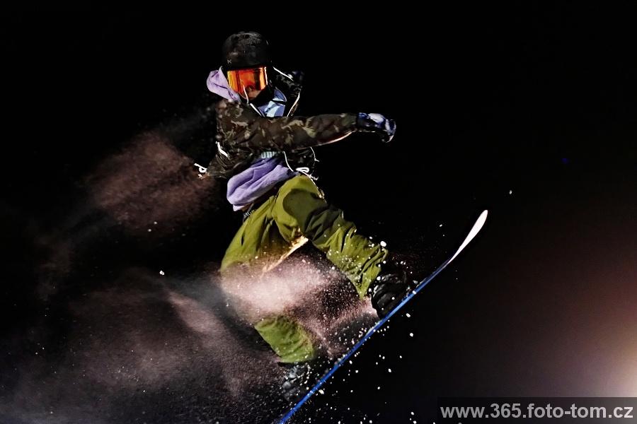 """111/365 Sobotní večer ve Whistleru patřil """"rail contestu"""", což samozřejmě byla bezva příležitost si zafotit šílené kousky některých lyžařů a snowboarďáků. Hodně nás překvapilo, kolik tu jezdilo opravdu malých dětí a hlavně jak jezdili!"""