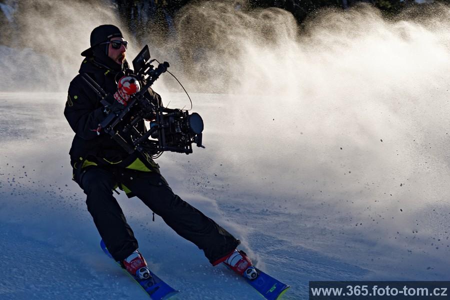 """112/365 Slovo dalo slovo a tak jsem v neděli měl pracovní den - fotil jsem u natáčení reklamy na žvýkačky. Chlapíci na prknech a na lyžích lítali pekelně vysoko. Ale toho tu ještě bude dost a navíc jak někteří víte, k točení a kamerám mám taky dost blízko. Takže jedna """"behind the scenes"""" fotka aneb jak že vznikají záběry, kdy kamera jede těsně za sportovcem.  (Pro ty co vědí - má REDku na Movi stabilizátoru ovládanym dálkově). Pokud vznikne z toho co jsem nafotil nějaká větší veřejně přístupná galerie, určitě se s ní rád pochlubím :-)"""