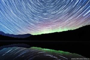 """58/365 Na Facebooku jsem vás lákal kratičkým videem (http://bit.ly/polarni-zare) vytvořeným z 90ti fotek. A když se těch 90 fotek poskládá šikovně přes sebe, ověříme si teorii, že i v Kanadě se zeměkoule otáčí a hvězdy """"po obloze cestujou"""" :-) Doplněno polární září..co víc si přát, snad jen trochu vyšší teplotu při čekání u foťáku."""