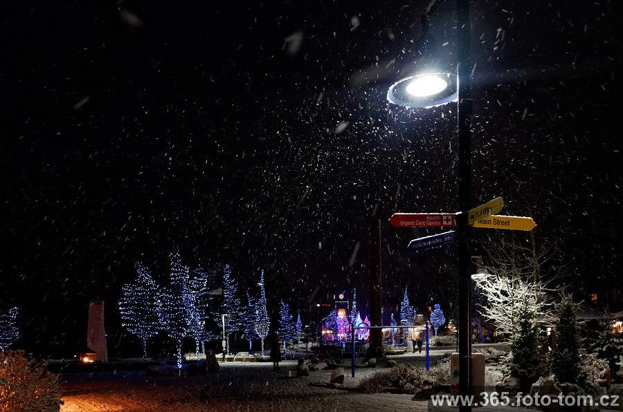 71/365 Je to tu zas, sněží i nám tady dole, hurá! Ke konci týdne by sněžení mělo ustat a měly by ho vystřídat pořádné mrazy. Neuvěřitelné, jak to tomu lyžařskému středisku vyšlo. Ve čtvrtek otvírá i druhý kopec horní sjezdovky (viz minulý týden, kdy jsem psal o zahájení, ale jen na jednom kopci).