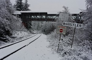 80/365 Když už jsem tenhle týden začal letištěm, tak další romantický způsob, jak do Whistleru přijet je vlakem. Taky to na vás i přes to šedivý pošmourno působí úplně pohádkově? Už jen ten vlak s černokněžníkem Zababou tam chybí.