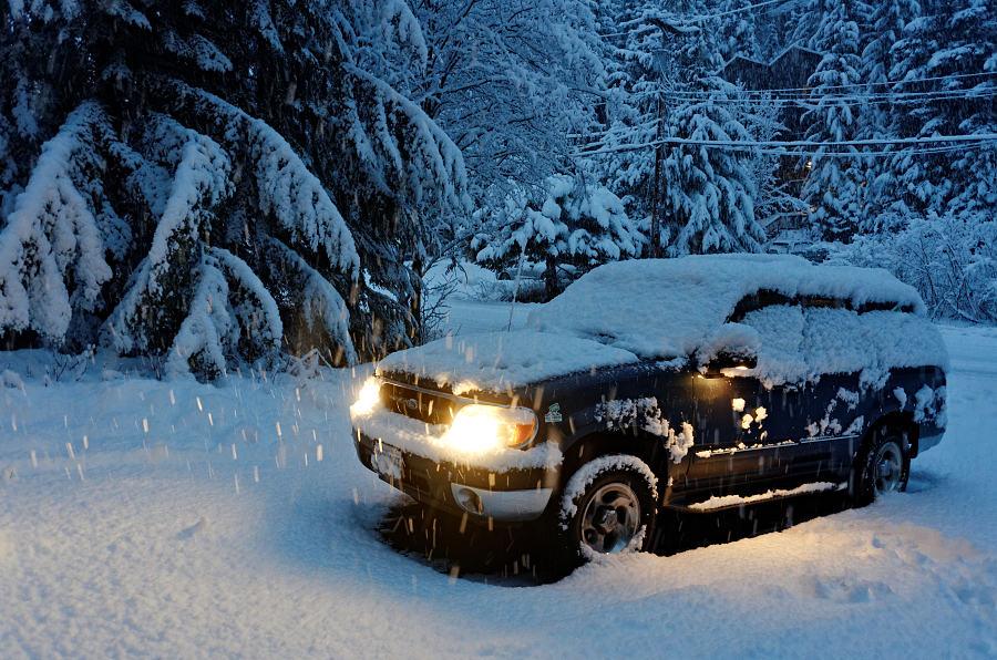 90/365 To jsem si takhle v sobotu odpoledne ve 13:00 přijel domů. Sníh v podstatě nebyl, jen mokro a břečkovitě. A chvilku po 16:00 jsem zase odjížděl. Ale to jsem ještě vůbec netušil, kolik napadne přes noc, že v neděli si budeme muset k autu skoro prokopávat tunel! (ok, trochu přeháním)
