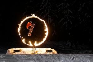 """98/365 A čtvrtá adventní neděle je tu. Všiml sis, že na všechny adventní neděle byla vždycky nějaká """"světýlková"""" fotka? :-) (minulé emaily najdeš v archivu) Od teď každý nedělní večer se dole u lanovek bude konat """"fire and ice show"""". Program s hudbou, ohněm, tancem a samozřejmě s lyžaři a snowboarďáky předvádějícími občas dost neuvěřitelný skoky."""