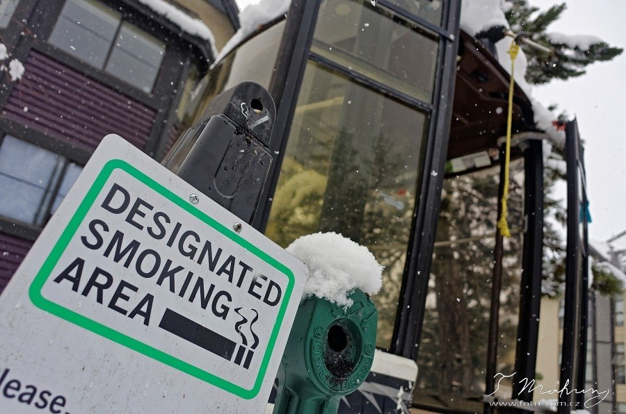 137/365 Dost srandy, zase nějaká ta informace, celkově tu hodně prosazují nekouření. V restauracích se nekouří snad v žádných (nebo alespoň jsme na žádnou ještě nenarazili), na zastávkách se nekouří, na sjezdovkách ani na vlecích se také nekouří a i v některých částech města mají kuřáci jen vyhrazené kabinky - jak jinak než staré vyřazené lanovkové. Líbí se mi to a souhlasím s tím, ať se Ti to líbí nebo ne :-)