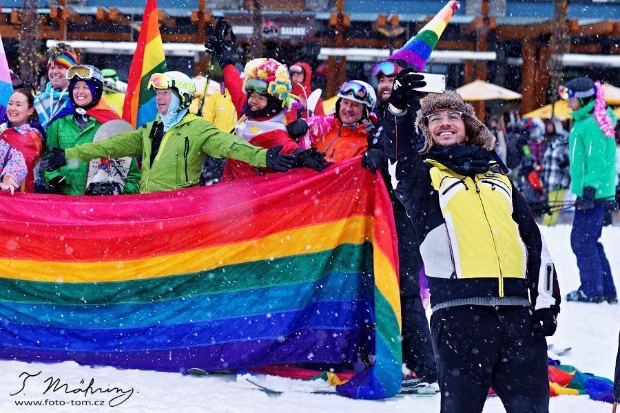 """139/365 V minulém emailu jsem se zmínil o tom, že se tu bude konat """"Whistler pride + ski festival"""". V sobotu byl na programu závěrečný průvod přes město. Nějak jsme s Pájou čekali, že se sejde víc lidí. Ale při skupinovém focení mě pobavil tady chlapík, joojoo, selfie hýbe světem.  Wikipedie říká: """"Výraz """"selfie"""" byl rozšířen hlavně fotografem Jimem Krausem v roce 2005, avšak snímky typu """"selfie"""" se objevují dlouho před tímto pojmenováním. První fotografický autoportrét vytvořil Robert Cornelius ve Spojených státech amerických v roce 1839."""""""