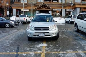 141/365 Trocha legrace takhle při pondělku. To by jeden netušil, kolik se toho na parkovišti dá potkat, minulý týden pes přivázaný na nárazníku, tenhle týden parkovací umělec. Uvnitř nikdo nesedí - je to jen odraz. Žlutý lísteček za stěračem je pokuta za parkování déle než 2 hodiny... Ale pravda je, že tolik lidí, který opravdu neumí řídit, ale jako opravdu neumí, jsme snad nikde na světě ještě nepotkali. Občas to člověka až zaráží, jak je to vůbec možné, co tu lidi na silnicích předvádí.