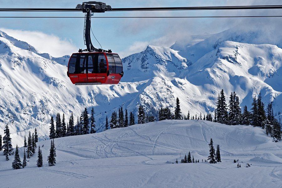 """145/365 V předminulém emailu jsem slíbil pár zajímavostí o """"Peak2Peak"""" lanovce, která jezdí mezi horami Whistler a Blackcomb. Jak název napovídá, gondola jede z vrcholu na vrchol, tedy skoro. Každopádně nejvyšší bod je 436 metrů nad zemí (nad údolím) a od sloupu k sloupu je to lehce přes 3km a je to tak lanovka s nejdelším úsekem bez podpůrných sloupů na světě.  A ještě k tomu přidává jeden zápis do Guinessovy knihy rekordů a to výškou, ve které se kabinky nad údolím """"vznáší"""". Jízda trvá 11 minut, celková vzdálenost je 4,4km a na laně je zavěšených celkem 28 kabinek. Do jedné kabinky se vejde až 28 lidí. Když si zkusíte vypočítat, kolik tun, nebo spíš kolik tísc tun takhle nad údolím visí, jde z toho až strach. Jen jedno vodící lano (celkem jsou natažena 4) váží 90 tun. Lanovka je prý schopná provozu s lidmi i za 80km/hod větru."""