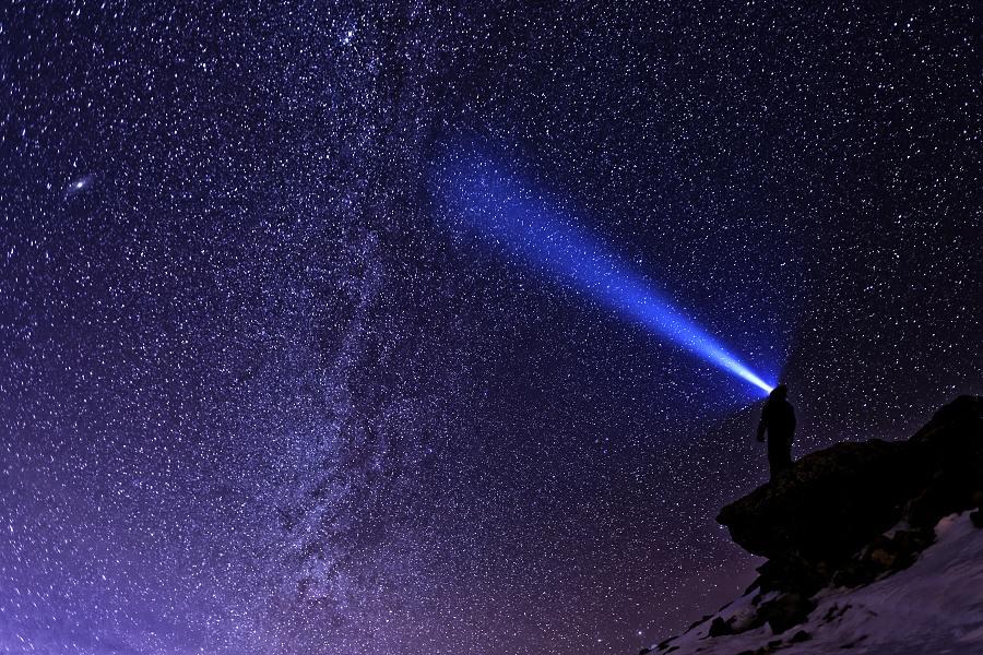 150/365 - Narozdíl od Dwayna já nestrávil jeho celou směnu uvnitř v teple rolby, já se především těšil na focení venku. Úžasný podvečer, úžasný západ slunce a úžasná noc se spoustou hvězd. Mám takové tušení, že tenhle noční výlet ještě párkrát podniknu. Ještě bych chtěl fotky s inverzí, s polární září, s rozsvíceným stanem, s, s, s,..no nic. Rolbovat se tu ještě pár měsíců bude, takže příležitostí ještě bude kupa!