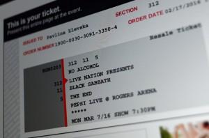 157/365 - Tady netřeba moc psát, dnes večer jsme se rozhodli, že budem taky trochu kulturní a koupili jsme lístky na koncert. Taková klasika. Teda rockova klasika, samozřejmě :-) Ve Vancouveru v Rogers Aréně, tam co se jinak hraje taky NHL.